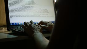 El mecanografiar en el teclado en la noche Foto de archivo libre de regalías