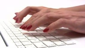 El mecanografiar en un ordenador portátil blanco del ordenador metrajes