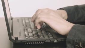 El mecanografiar hombre-ordenador de las manos del programador del negocio almacen de video