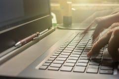 El mecanografiar rápido en el teclado del ordenador portátil para el trabajo eficaz en la oficina fotos de archivo libres de regalías