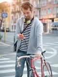 El mecanografiar vestido casual adulto joven en el teléfono Imagen de archivo