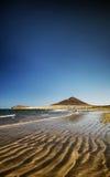 El-medanostrand och montana roja i södra tenerife Spanien Royaltyfri Foto