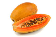 El medio corte y la papaya entera da fruto en el fondo blanco imagenes de archivo
