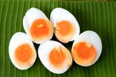 El medio hirvió los huevos partidos por la mitad Imagen de archivo