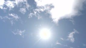 El mediodía Sun se mueve a través del cielo almacen de metraje de vídeo