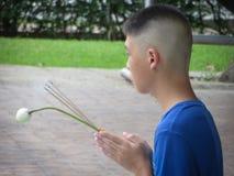 El meditar budista del muchacho Imagenes de archivo