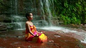 El meditar con la pintura facial en cascada de la selva tropical de Borneo metrajes