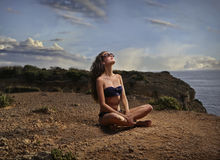 El meditar de la chica joven Fotografía de archivo