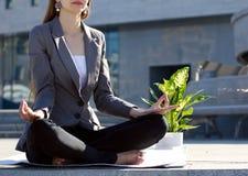El meditar de la empresaria Fotografía de archivo