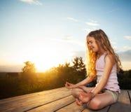El meditar de la muchacha Imagenes de archivo