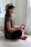 El meditar de la muchacha Fotos de archivo libres de regalías