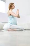 El meditar de la mujer embarazada Fotografía de archivo libre de regalías