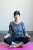 El meditar de una más vieja mujer Fotografía de archivo libre de regalías