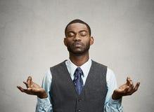 El meditar del hombre de negocios imagenes de archivo