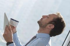 El meditar del hombre de negocios Foto de archivo libre de regalías