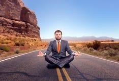 El meditar del hombre de negocios fotografía de archivo