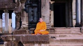 El meditar del monje del Khmer almacen de video