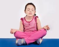 El meditar del niño Foto de archivo