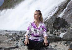 El meditar en Alaska Foto de archivo