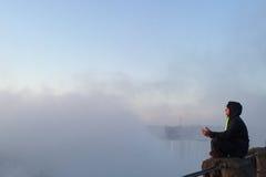 El meditar en las caídas Fotografía de archivo