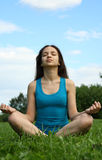 El Meditating en el parque Fotografía de archivo libre de regalías