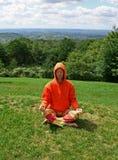 El Meditating en jardín Imagen de archivo libre de regalías