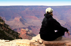 El Meditating en la barranca magnífica Fotos de archivo libres de regalías