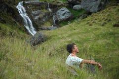 El Meditating en la naturaleza imagen de archivo libre de regalías