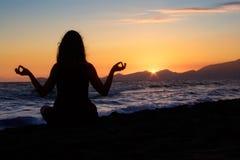 El Meditating en la playa Imagen de archivo libre de regalías