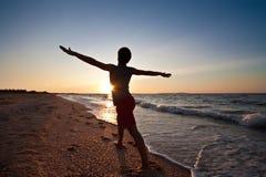 El Meditating en puesta del sol Imagen de archivo libre de regalías