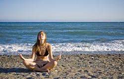El meditating joven Fotos de archivo