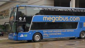 El megabus viaja en Pittsburgh céntrica almacen de metraje de vídeo