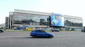 El megastore de Ucrania, cartel dedicó al campeonato del fútbol en el Brasil, Kiev, almacen de metraje de vídeo