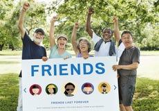 El mejor concepto del amor de la ayuda de los amigos imagen de archivo