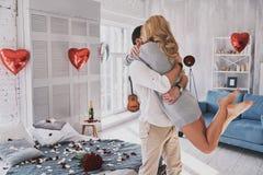 El mejor día del ` s de la tarjeta del día de San Valentín Abarcamiento y smili jovenes hermosos de los pares Imagen de archivo