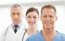 El mejor equipo médico. Equipo acertado de los doctores que se une Fotografía de archivo