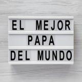 'El Mejor Papa Del Mundo 'ord på en lightbox över vit träbakgrund, bästa sikt ?ver huvudet fr?n ?ver, framl?nges lekmanna- royaltyfri foto