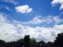 El mejor tiro de la foto de Lumia de la cámara de la fotografía real del cielo azul Foto de archivo