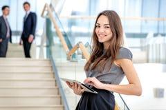 ¡El mejor trabajador! El hombre de negocios de la mujer se coloca en las escaleras Fotos de archivo libres de regalías