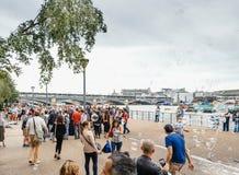 El mejor verano en Londres Reino Unido - burbujas de jabón turísticas Tham Imagen de archivo libre de regalías