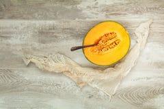 El melón orgánico del cantalupo corta la localización en la tabla de cortar de madera w imágenes de archivo libres de regalías