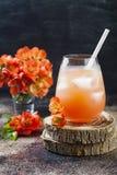 El melocotón en colores pastel floral y el cóctel rosado del brunch adornados con el membrillo florece sobre viejo fondo rústico Foto de archivo libre de regalías