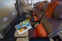 El menú de niños en la clase de economía de los aviones más grandes Airbus A380 del mundo Fotos de archivo libres de regalías