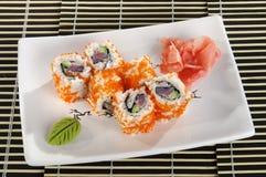 El menú del sushi rueda con el caviar del pez volador Foto de archivo