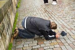El mendigo joven y sucio está pidiendo en la calle de Praga, checa Fotografía de archivo libre de regalías