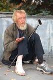 El mendigo pide a transeúntes fotografía de archivo libre de regalías