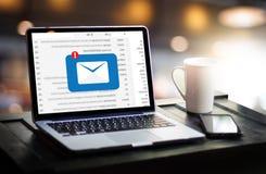 El mensaje de la conexión de la comunicación del correo al envío entra en contacto con el teléfono Fotos de archivo libres de regalías