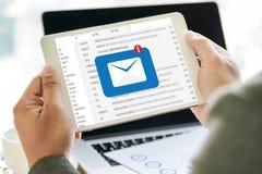 El mensaje de la conexión de la comunicación del correo al envío entra en contacto con el teléfono Fotos de archivo