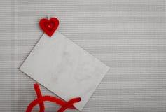 El mensaje de texto del copia-espacio de la tarjeta en blanco y el símbolo rojo del corazón aman Foto de archivo libre de regalías