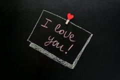 El mensaje del día del ` s de la tarjeta del día de San Valentín, te amo escrito con tiza en una pizarra Imagenes de archivo